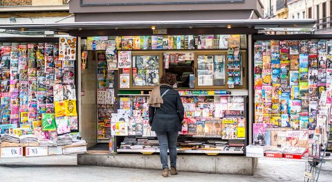 Kiosk, Frau beim Kaufen, Zeitungs- und TabakwarenKiosk, Frau beim Kaufen, Zeitungs- und Tabakwaren