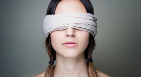 Frau, verbundene Augen, blind, Symbolbild, nicht informierter Verbraucher
