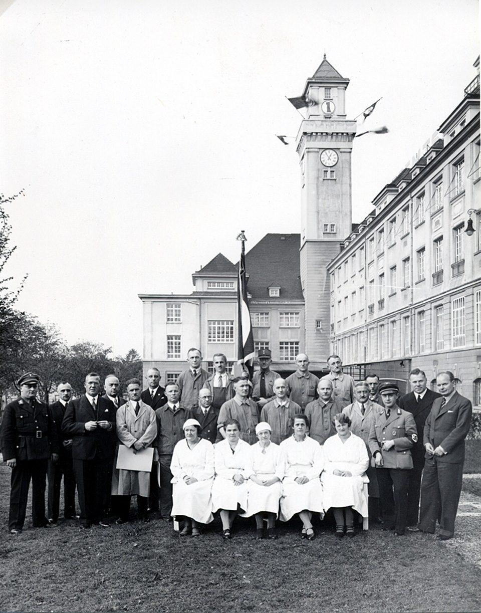 Hermann F. Reemtsma 3.vL. Mit Arbeitsjubilaren im Werk Baden-Baden 1935