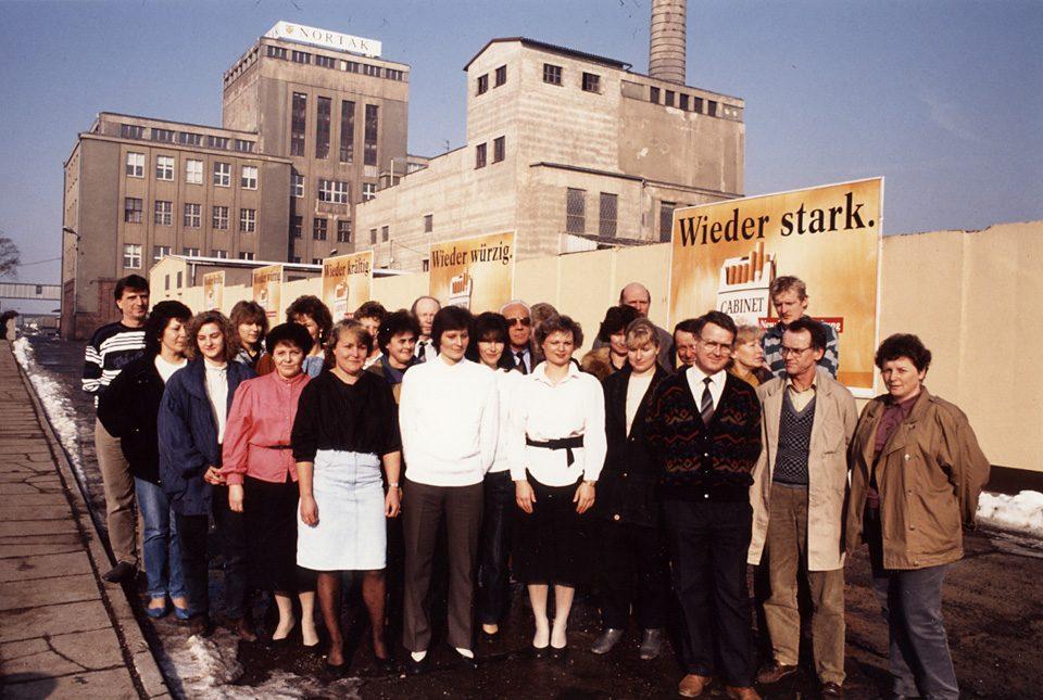 Beschäftige vor dem Werk der Nortak 1990-1991
